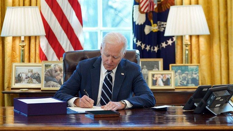 US-Präsident Joe Biden unterzeichnet am 11. März 2021 im Oval Office des Weißen Hauses in Washington, DC den amerikanischen Rettungsplan. - Biden unterzeichnete das 1,9 Billionen US-Dollar schwere Gesetz zur Konjunkturbelebung und wird eine nationale Rede halten, in der er drängt
